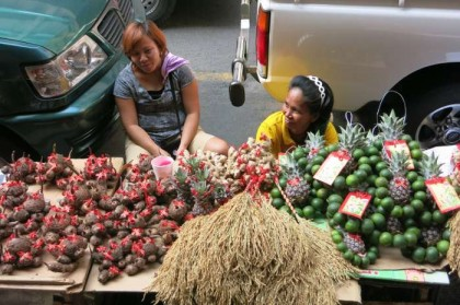 Philippines, Manila - chinatown street sellers