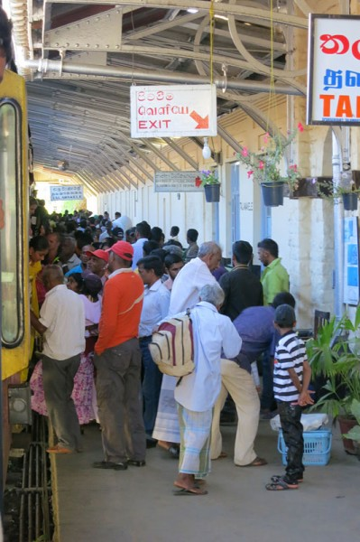 Sri Lanka travel - Train crowd