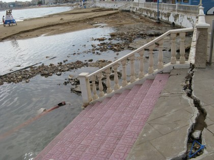 The day after: Playa los locos also destroyed, with cracked pavement
