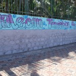 El Salvador street art: male con turistico peatonal