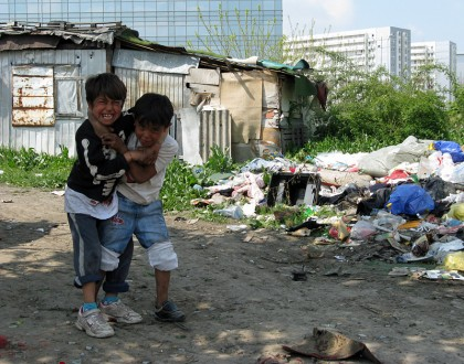 roma kids play fighting